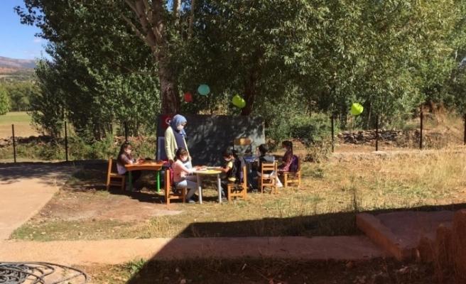 Öğrenciler istedi, öğretmen sınıfı bahçeye kurdu