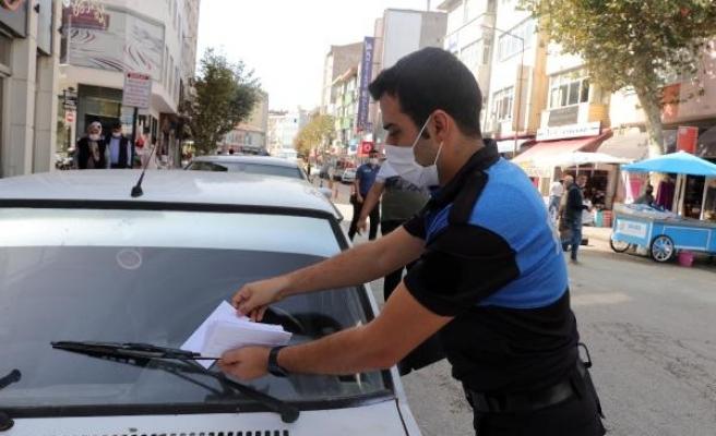 Polisten, araçtan hırsızlığa karşı 'trafik ceza makbuzu' şeklinde uyarı broşürü