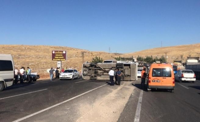 Şanlıurfa'da işçi servisi devrildi: 14 yaralı