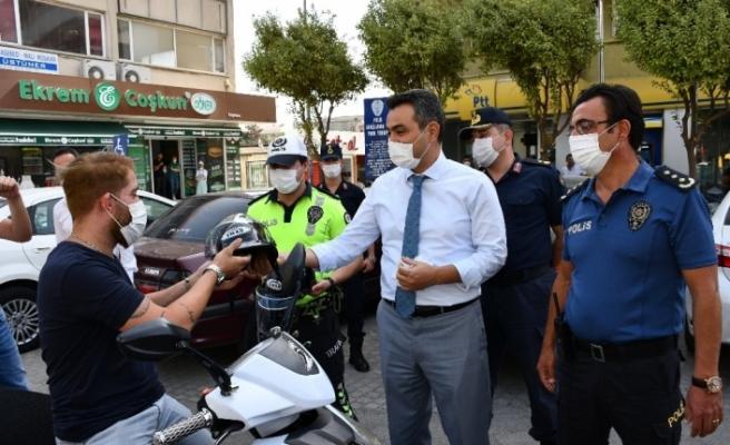 Söke'de motosiklet sürücülerine kask dağıtıldı