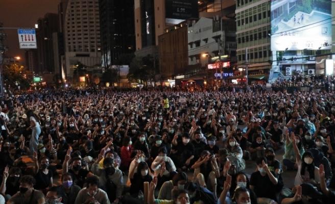 Tayland'da protestocular Bangkok sokaklarını ele geçirdi