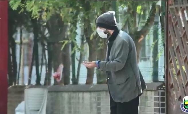 Tiyatro oyuncusu dilenci kılığında sokak sokak gezdi
