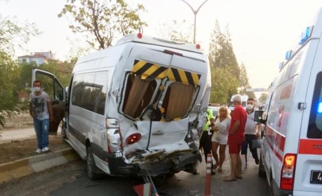 Tur otobüsü ile servis minibüsü çarpıştı: 5 yaralı