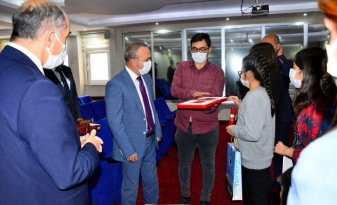 Vali Hüseyin Öner, Akıl ve Zekâ Oyunları Turnuvasında birinci olan öğrencilere sertifika verdi