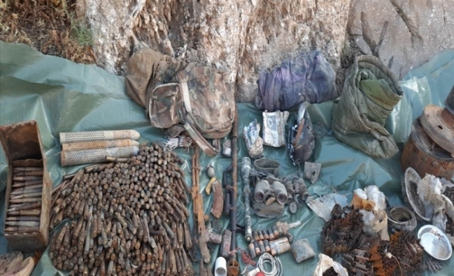 Çukurca'da terör örgütü PKK'ya ait silah, mühimmat ve yaşam malzemeleri ele geçirildi