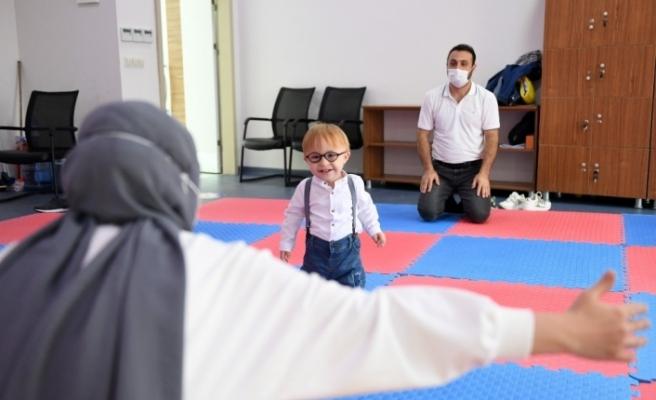 Down sendromlu çocuk, 10 aylık eğitimin ardından yürümeye ve konuşmaya başladı