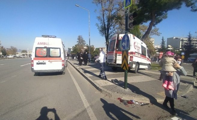 İçinde 3 yaşındaki çocuğun bulunduğu ambulansla otomobil çarpıştı: 5 yaralı