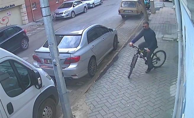 Bisiklet çalmayı meslek edinen hırsız kameralara yakalandı