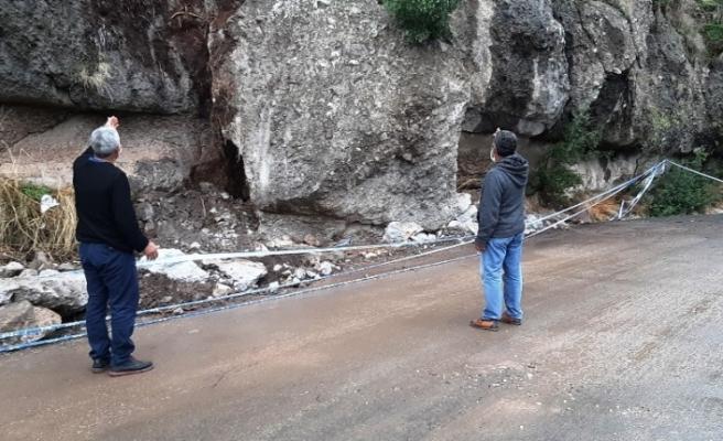 Bodrum'da tonlarca ağırlıktaki dev kaya parçası yola düştü