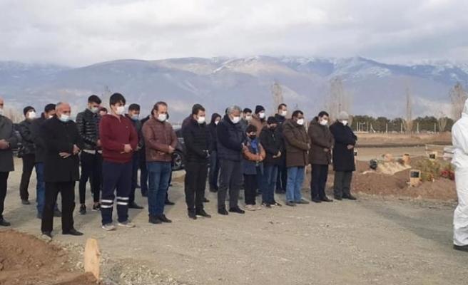 Covid-19'dan hayatını kaybeden sağlık çalışanı son yolculuğuna uğurlandı