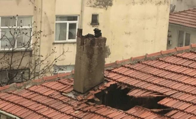 Fırtınada kopan bacanın parçası çatıda hasara neden oldu