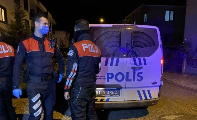 Gözaltına alınan şahıs polis aracının içinde kafesi yumrukladı