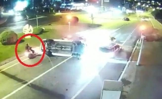 Kırmızı ışıktaki araçlara daldı: Motosikletli ezilmekten kıl payı kurtuldu