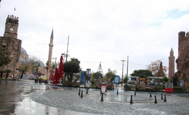 Kısıtlama yağışlı havayla birleşince Antalya sessizliğe büründü