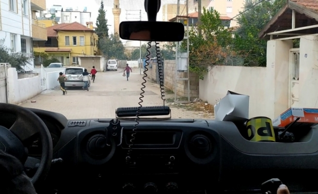 Kısıtlamada polis aracını gören çocuklar böyle kaçtı