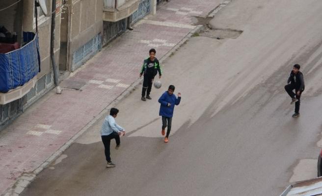 Kısıtlamayı ihlal eden çocuklar polisi görünce kaçtı