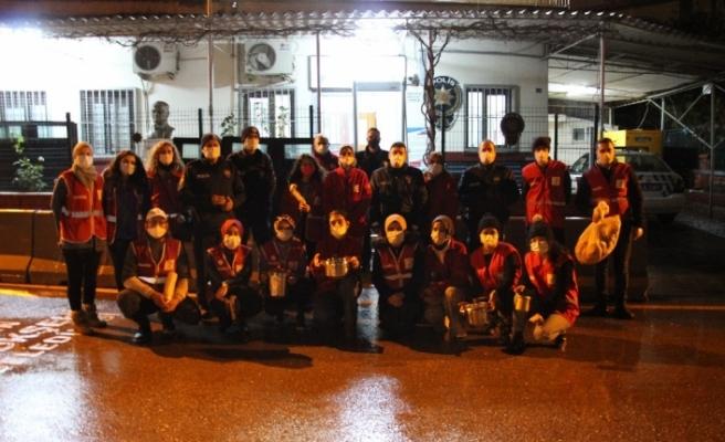 Kızılay gönüllüleri polis ekiplerine çorba ikramında bulundu