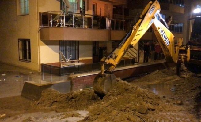 Kuşadası'nda evleri su bastı, belediye ekipleri vatandaşın yardımına koştu