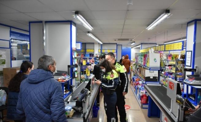 Marmaris'te alışveriş saatlerinde marketler denetleniyor