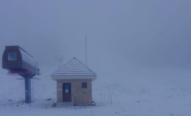 Murat Dağı Termal Kayak Merkezi'ne mevsimin ilk karı düştü