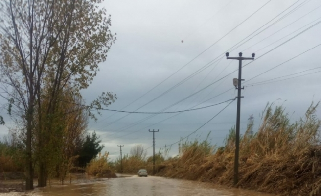 Serik'te sağanak cadde ve sokakları göle çevirdi