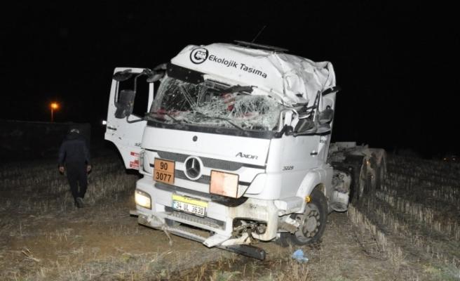 Sokağa çıkma kısıtlamasında çaldığı kamyonla kaza yaptı