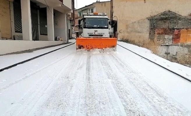 Sokakların sessizliğe büründüğü Bayburt'ta belediye ekiplerinden karla mücadele çalışması