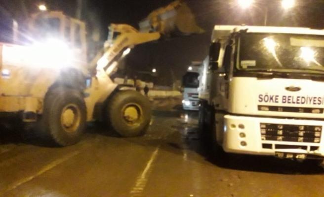 Söke'de aşırı yağış karayolunu trafiğe kapattı