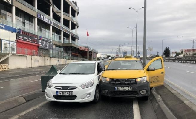 Sürücülerin inadı boş yolda kazaya yol açtı