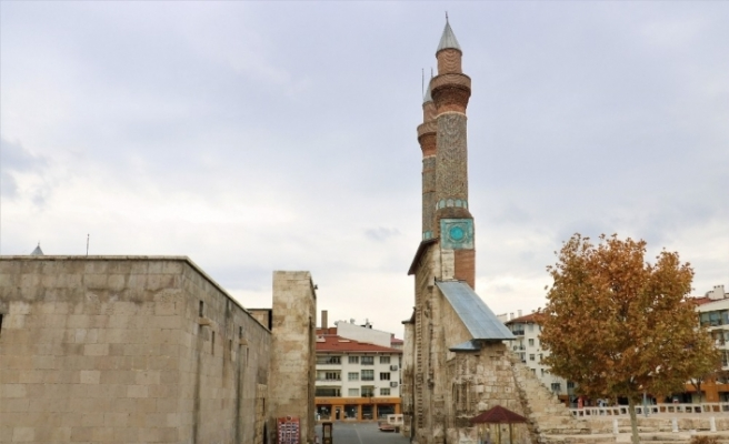 Tarihi kent meydanında kısıtlamada kartpostallık görüntüler oluştu