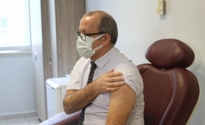 Antalya'da korona virüs aşısının ilk dozu İl Sağlık Müdürüne yapıldı