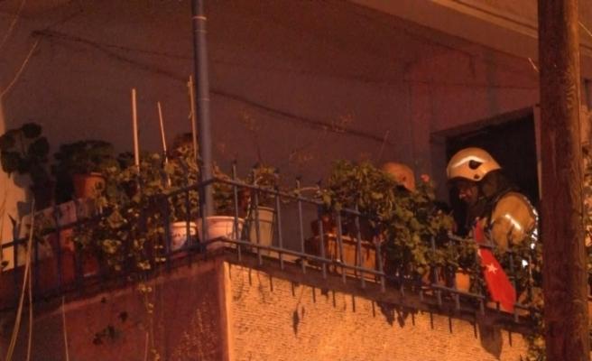 Avcılar'da alevlerin yükseldiği dairede mahsur kalan vatandaşlar balkona sığındı