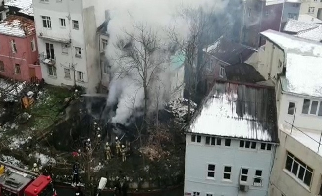 Beyoğlu'nda metruk ahşap ev yangında küle döndü