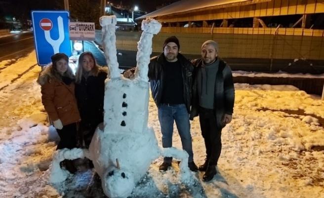 Biri kardan heykel yaptı, diğeri kardan adamı ters çevirdi