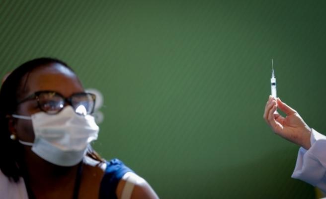 Brezilya'da ilk Covid-19 aşısı siyahi hemşireye yapıldı