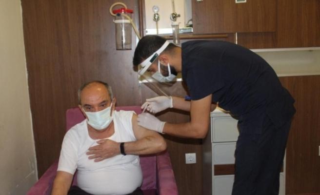 Çin'den getirilen korona virüs aşıları sağlıkçılara uygulanmaya başlandı
