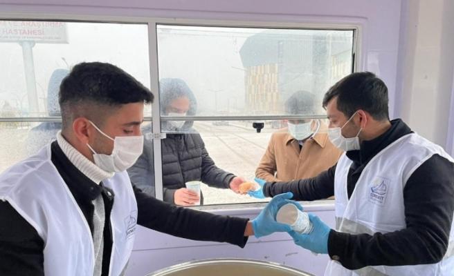 Edremit Belediyesinden vatandaşların içini ısıtan ikram