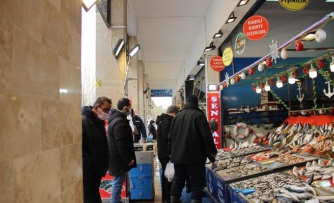 Fiyatların arttığı balık pazarında ümitler av yasağının kalkacağı güne çevrildi