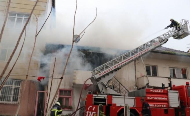 İki katlı ev çıkan yangında alevlere teslim oldu