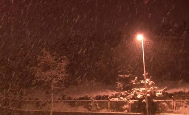 İstanbul'da yoğun kar yağışı devam ederken sürücüler güçlükle ilerleyebildi