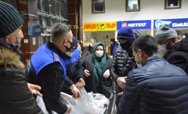 Kdz. Ereğli Belediyesi, terminalde bekleyen 300 yolcuya yemek dağıttı