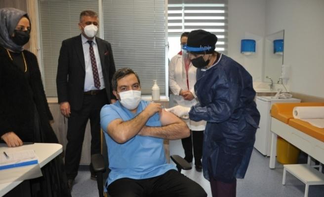 Malatya'da sağlık görevlilerine aşılar vurulmaya başladı