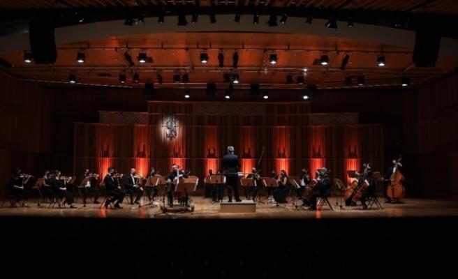 Milli Reasürans Oda Orkestrası Çağ Erçağ'a eşlik ediyor