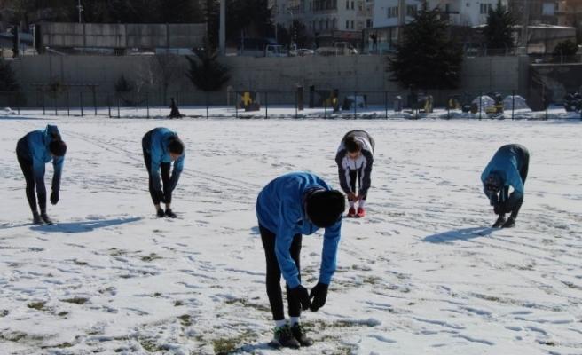 Nevşehirli atletler dondurucu soğukta şampiyonaya hazırlanıyor