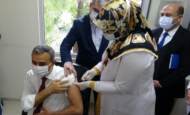 Osmaniye'de sağlık çalışanlarına ilk korona virüs aşısı uygulandı