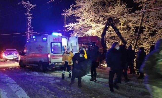 Şiddetli karda yoldan çıkan kamyonet şarampole uçtu: 6 yaralı
