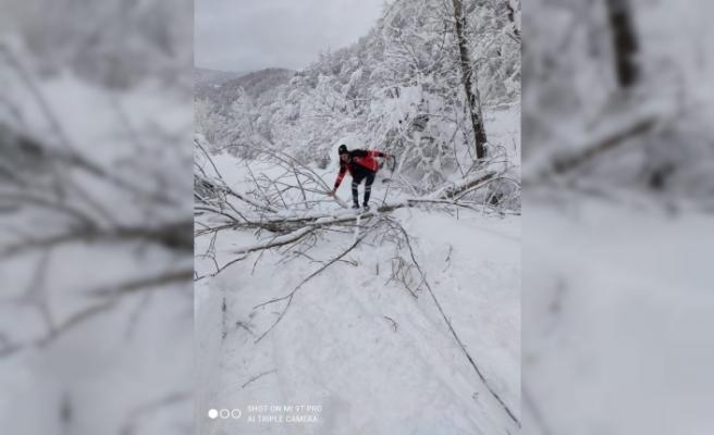 UMKE ekiplerinin 1,5 metrelik karda zorlu mücadelesi