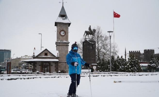 Erciyes Dağı'ndan şehir merkezine kayarak indi