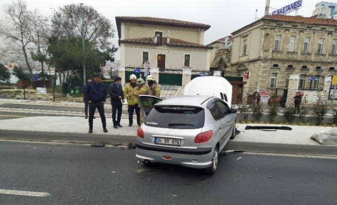 Fatih'te otomobilin yoldan çıkma anı kamerada
