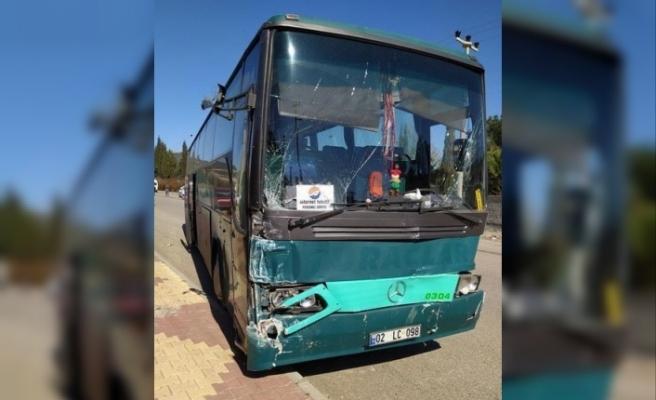 Freni boşalan otobüs seyir halindeki kamyonete çarptı: 1 yaralı